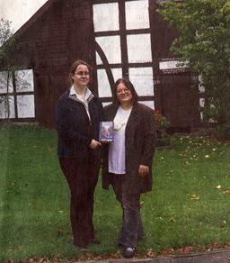 Katharina und Anke vor dem Backhaus des Titelbilds