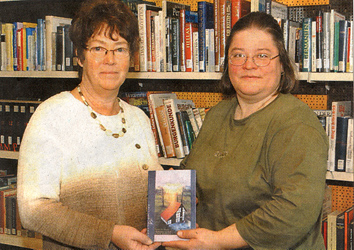 Katharina mit Büchereileiterin Frau Schlie